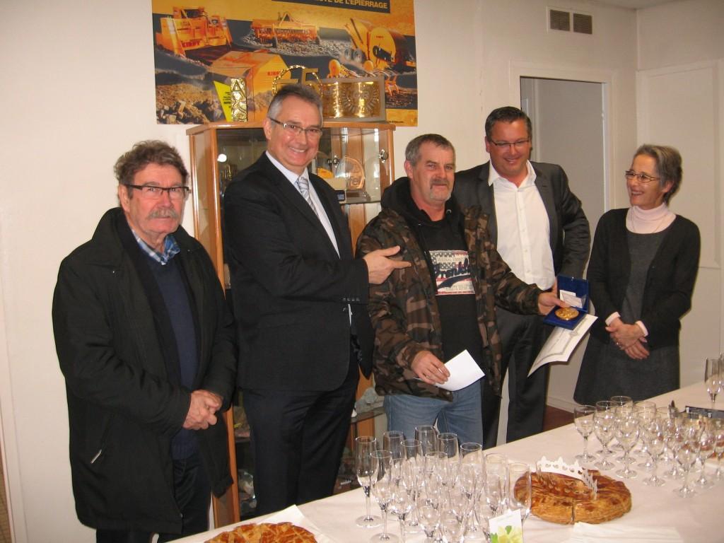 Pascal SOULACROUP reçoit la médaille du travail pour ses 30 ans de service à l'usine KIRPY de Layrac.