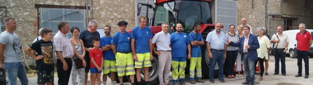 Remise des cles à M. Carrete, responsable du CTM par le maire Rémy Constans en présence des élus du conseil municipal, de M. Mahieux et du personnel du CTM