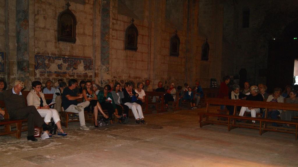 Installation du public dans l'Église