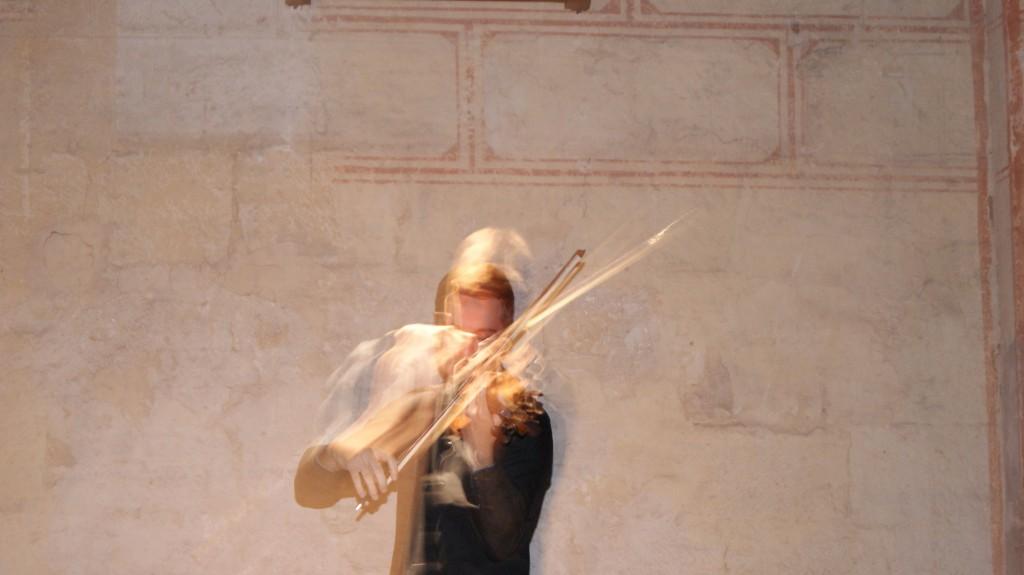 Dextérité et rapidité dans le jeu de ce jeune violoniste